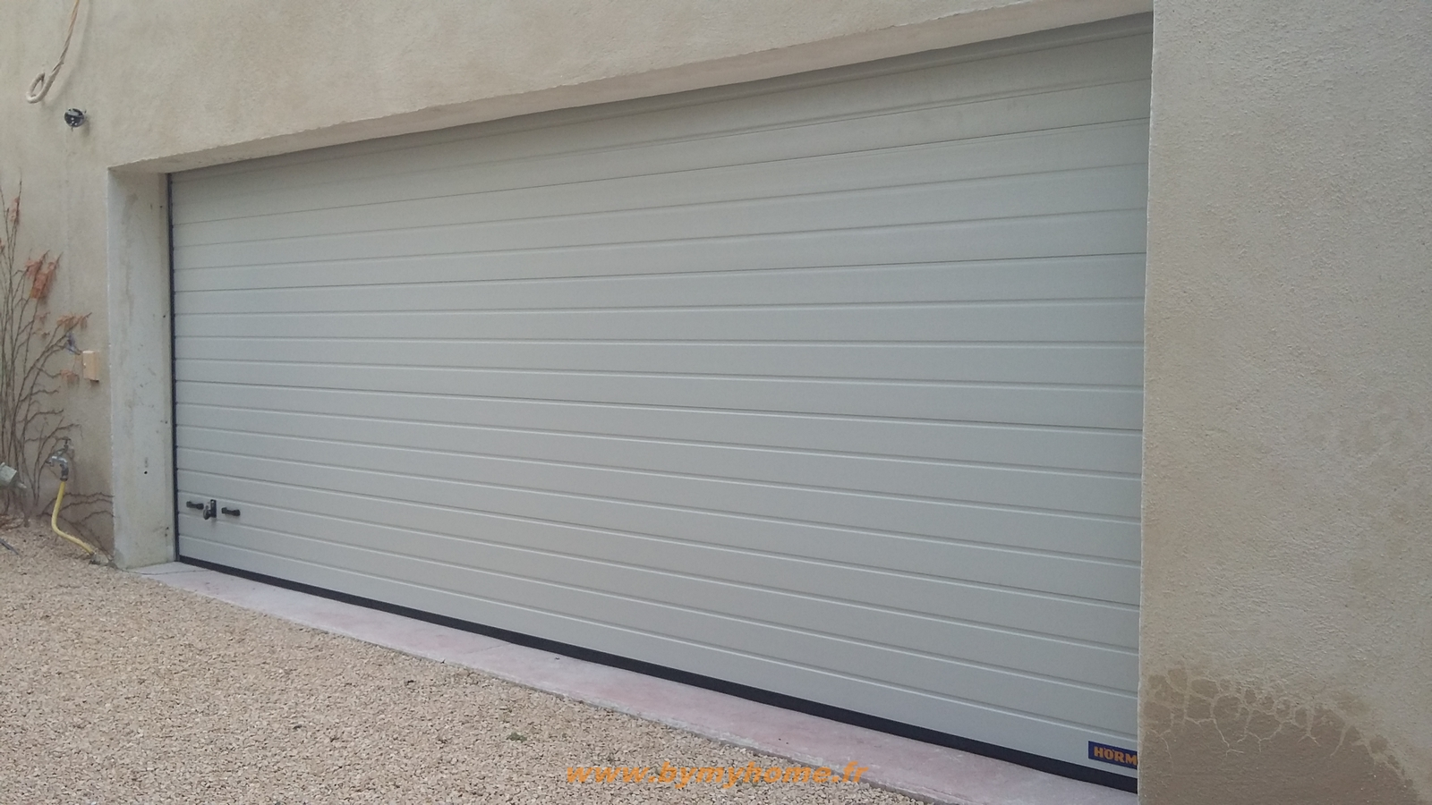 Installation d 39 une porte de garage sectionnelle motoris e for Installation porte de garage enroulable