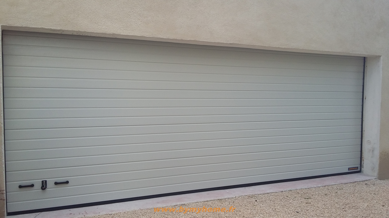 Installation d 39 une porte de garage sectionnelle motoris e for Porte de garage industrielle hormann